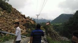 पहिरोले भीमदत्त राजमार्ग अवरुद्ध हुँदा सुदूरपश्चिमका ७ जिल्लामा यातायात ठप्प