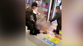 महिलालाई सुरक्षा गार्डले घिसारेर मेट्रोबाट निकालेपछि चिनियाँ नागरिक आक्रोशित